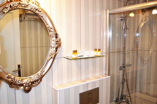 Alyon Hotel: Banyo