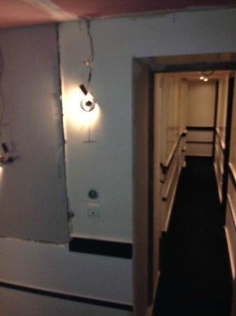 Hotel Standard Design : Couloirs en rénovation pendant tout notre séjour...