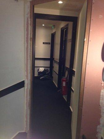 Hotel Standard Design: Couloirs en rénovation pendant tout notre séjour...