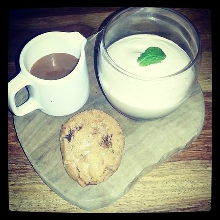 Red Lion: Banana Fool with Toffee Sauce and a Choc Chip Cookie