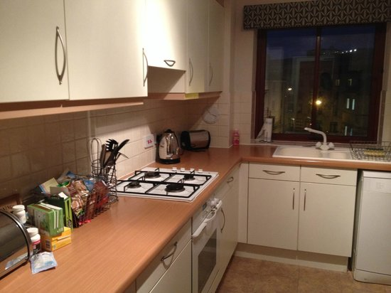 The Knight Residence Edinburgh by Mansley Serviced Apartments: Well-equipped kitchen