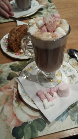 St Martins Tea Room & Grill: Delicious marshmallow filled hot chocolate.