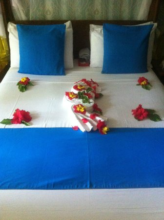 The Z Hotel Zanzibar: Basic ground level room and bed decoration
