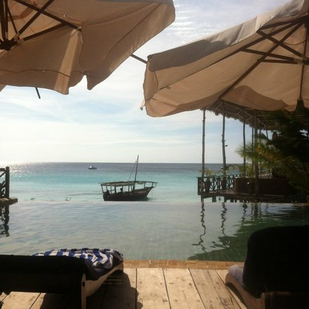 The Z Hotel Zanzibar: Pool area and view on the beach