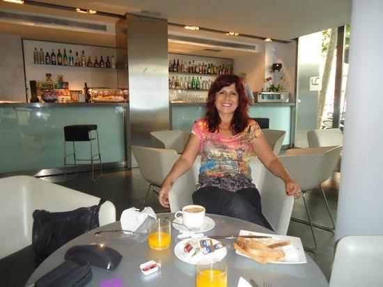 Ayre Hotel Gran Via: En el bar disfrutando desayuno continental