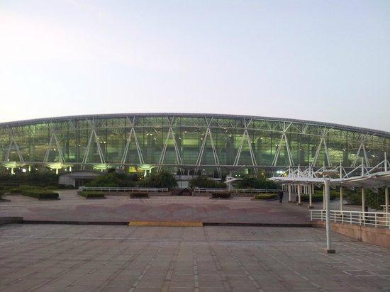 Pullman Guangzhou Baiyun Airport : Sortie du Pullman Guangzhou Baiyun, face à l'aéroport