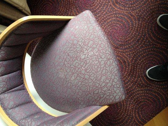 ibis Styles London Gloucester Road : La sedia della camera piena di macchie bianche