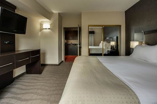 Holiday Inn Express & Suites Naples: Sleeping quarters of our Executive 1-Bedroom Suite!