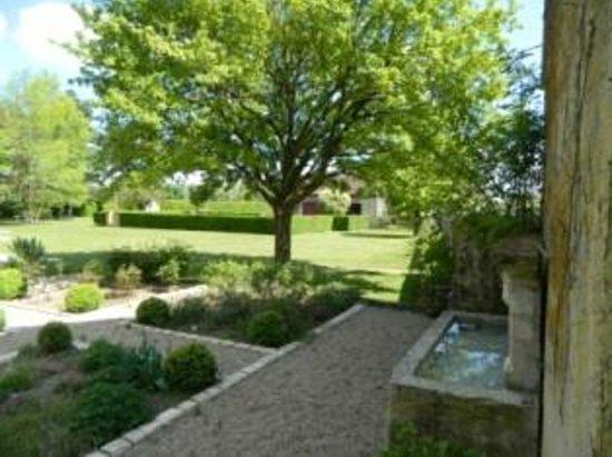 Villedieu-sur-Indre, França: Fontaine et jardin