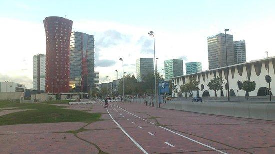 """Hotel Fira Congress: Rechts die Kongresshallen, in rot das """"Porta Fira"""" ;-)"""