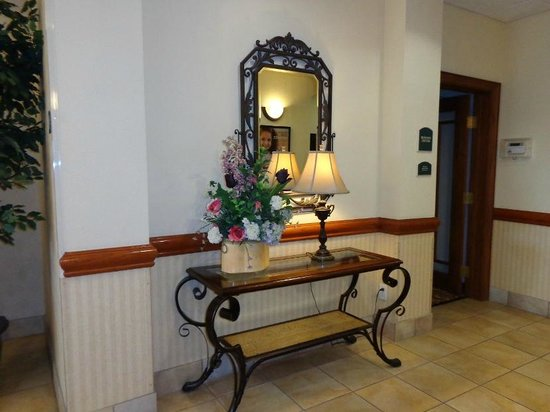 BEST WESTERN PLUS Woodway Waco South Inn & Suites: hallway table/decor ... very pretty