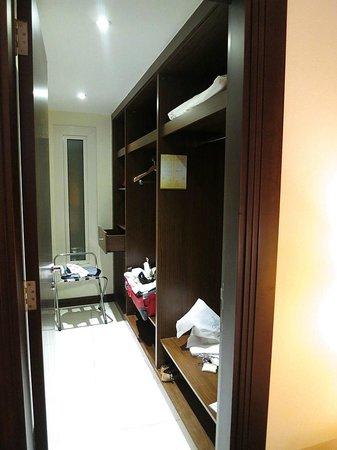 Flora Park Deluxe Hotel Apartments : closet