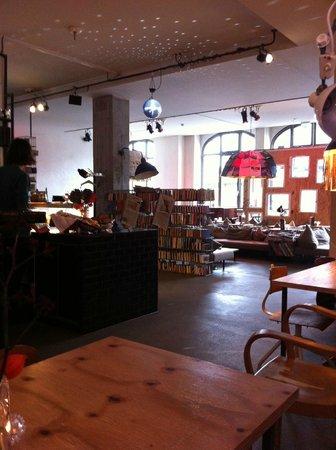 Michelberger Hotel: La sala di ingresso tra libri, musica e caffè...