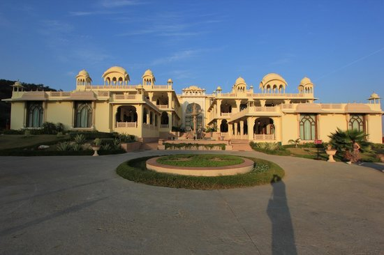 Rajasthali Resort and Spa : View of the resort from the lawns