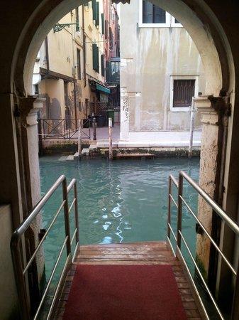 Hotel Ai Reali di Venezia: Canal entrance.. Amazing