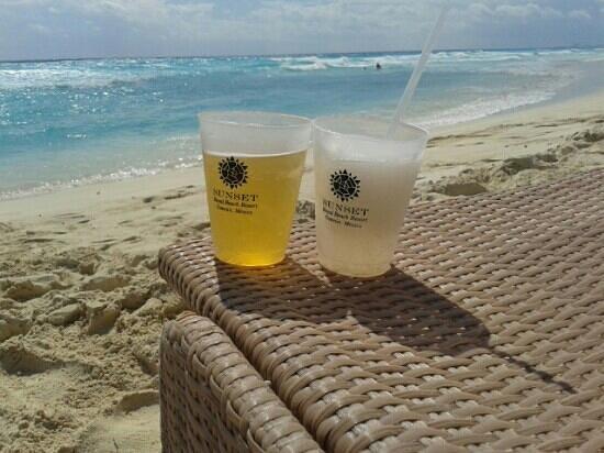 Sunset Royal Beach Resort: Tragos en la playa!!