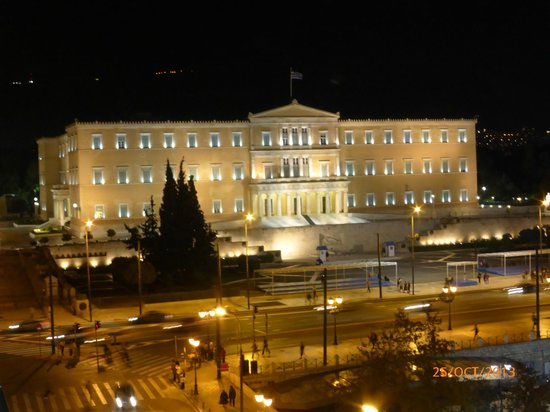 NJV Athens Plaza: Parliament building at night from our balcony