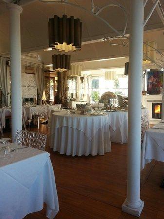 Sala principale con tavoli dedicati al buffet foto di - Ristorante con tavoli all aperto roma ...