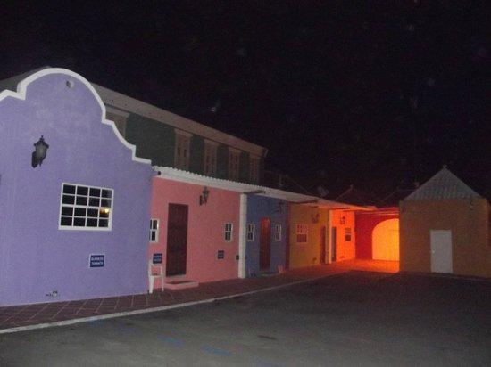The Ritz Village Hotel: Caminho dentro do hotel