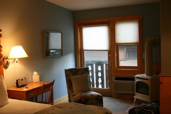 The Alpine House Lodge & Cottages: Grand King room - tiny balcony