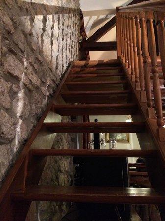Domaine De Chateauvieux: escalier menant aux chambres