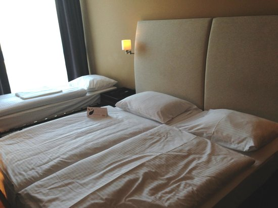 Rilano 24/7 Hotel Munich: Bedroom with extra bed