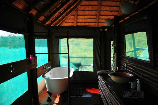 Muweti Bush Lodge: Very clean and cozy bathroom.