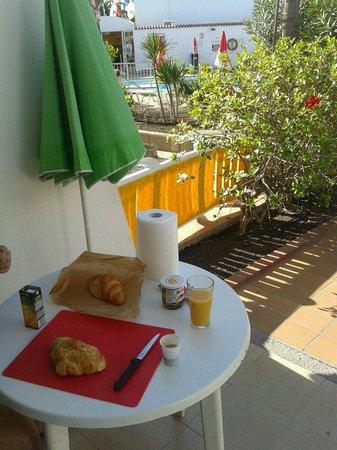 Bungalows Grimanesa: Colazione bordo piscina