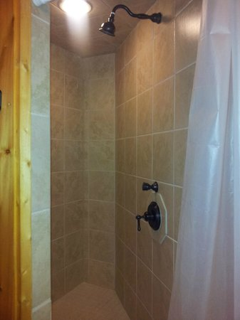 White Oak Lodge & Resort : main shower