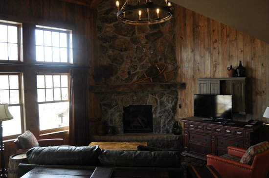 Devil's Thumb Ranch Resort & Spa : Living room of suite. Gas fireplace, flat screen, porch access.