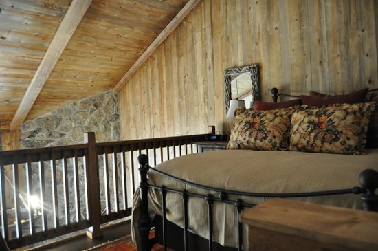 Devil's Thumb Ranch Resort & Spa : Loft bedroom overlooking living room. Cozy!