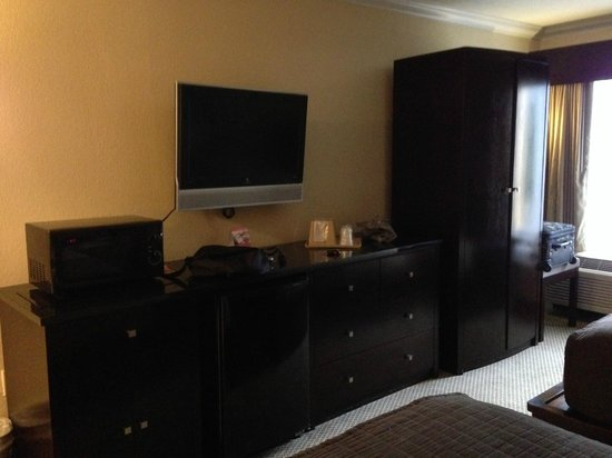 Galleria Palms Hotel: Ample storage for clothes
