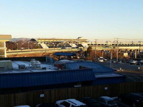 The Dylan at SFO : Вид с балкона на станцию электричек