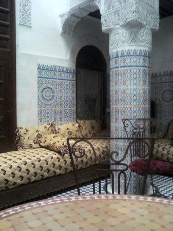 Dar Lalla Kenza : typical Moroccan living room