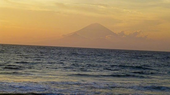 Qunci Villas Hotel: Sonnenuntergang mit dem Gunung Agung  auf Bali im Hintergrund