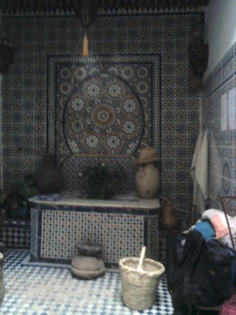 Dar Lalla Kenza : The fountain!!! (and my bag..)