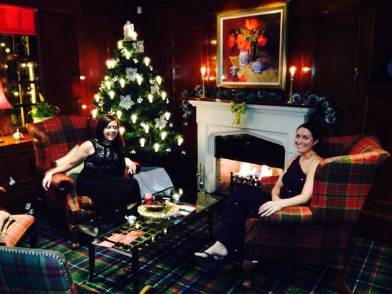 Brig O Doon Hotel: The lobby with guests