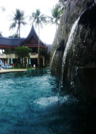 Outrigger Laguna Phuket Beach Resort : parte da enorme piscina do hotel
