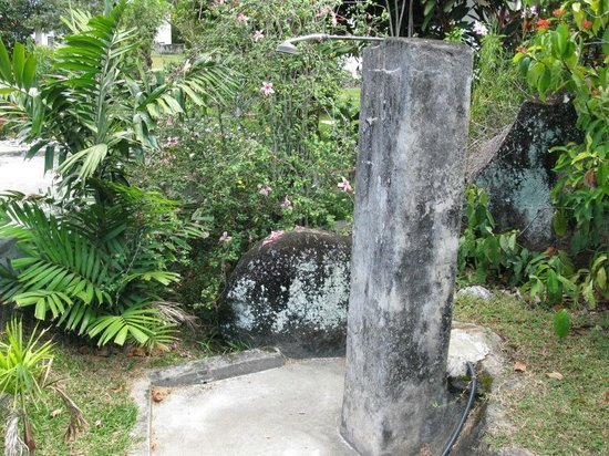 Daniella's Bungalows: Outside shower -Useful after return from the beach