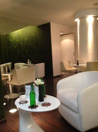 Hotel Le Quartier Bercy - Square: hall de entrada. atras da pilastra, esta a recepcão.