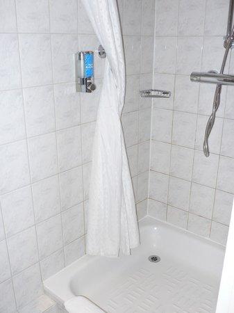 Holiday Inn Express Milton Keynes: shower