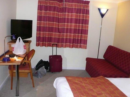 Holiday Inn Express Milton Keynes: sofa area