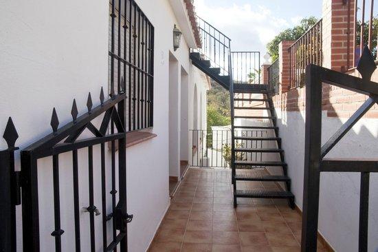 Casas Rurales Santos : Entrada y escalera de acceso a la terraza