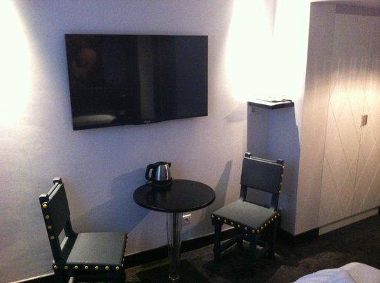 Hotel Le Clos Notre-Dame: Flatscreen