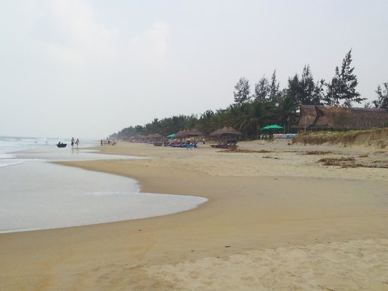 Palm Garden Beach Resort & Spa : Bars further down the beach