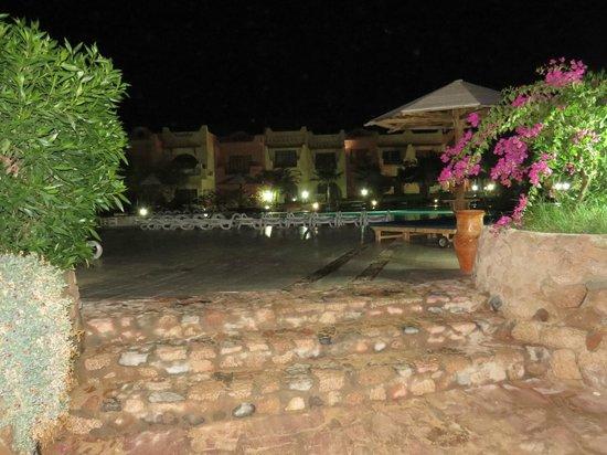 Tropitel Dahab Oasis: Pool area at night