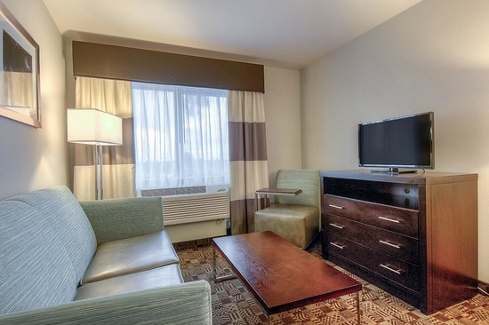 Holiday Inn Express Hotel and Suites Carlsbad Beach: Two queen suite w/ sitting area and wet bar
