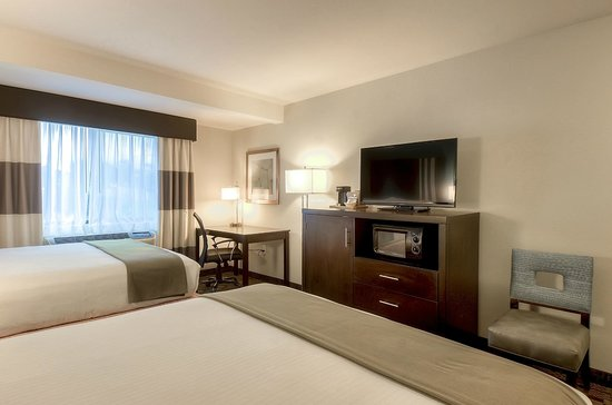 Holiday Inn Express Hotel & Suites Carlsbad Beach: Two queen bedroom with Fridge and Microwave