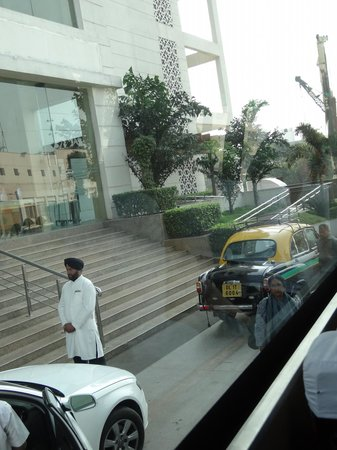 Piccadily Hotel New Delhi: Steps to hotel foyer