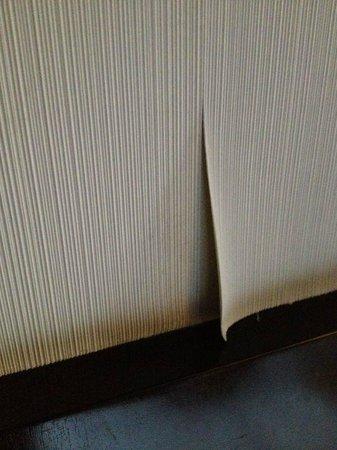 Petit Palace Arana: Papel en la pared despegado